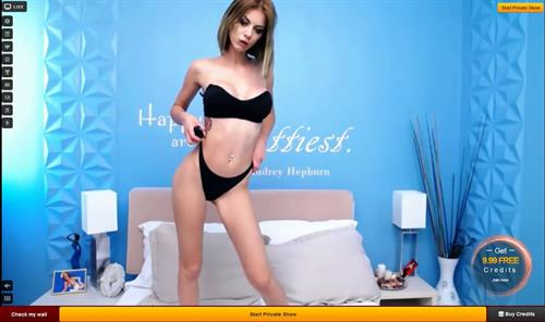 Sexy LiveJasmin camgirl shows off