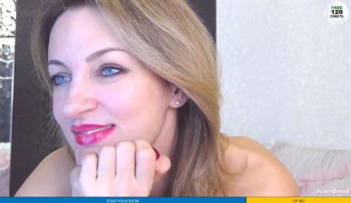 Sexy MILF on cam smiles on Flirt4Free.com