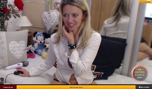 Sexy MILF cam model on LiveJasmin.com