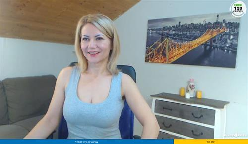 Sexy MILF on cam looking fine on Flirt4Free.com