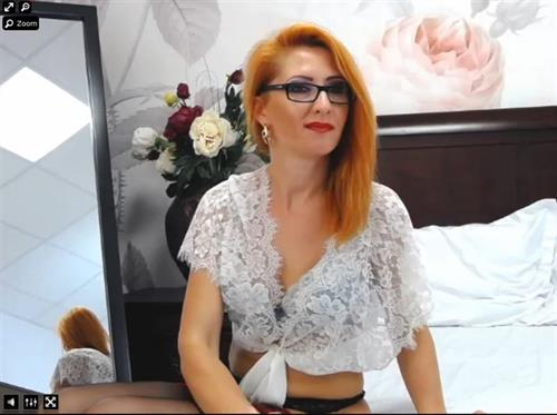Mature redheaded cam model