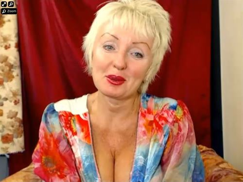 Horny momma loves the attention she gets on xLoveCam.com