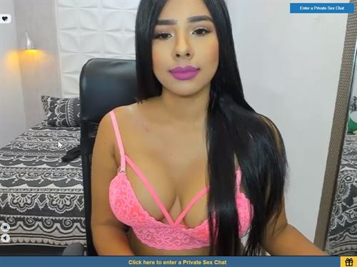 Spicy Latina cam girl shares a smile on Sexier.com